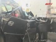 Video An ninh - Xế hộp nổ lốp tông vào xe bán tải, 5 người nhập viện