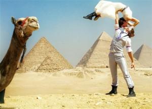 """Tình yêu - Giới tính - Đám cưới vòng quanh thế giới của cặp đôi thích """"nhào lộn"""""""