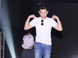 """Ca nhạc - MTV - Isaac """"đốn tim"""" fan nữ trên sân khấu HTV Awards"""