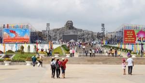Tin tức trong ngày - Dân đổ về tham quan tượng đài Mẹ Việt Nam Anh hùng