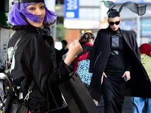 """Thời trang - Bạn trẻ Tokyo cực """"dị"""" với mũ tai thỏ, quần vá"""