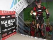 Các môn thể thao khác - Điều chưa xảy ra: Leo 3139 bậc thang bằng xe đạp