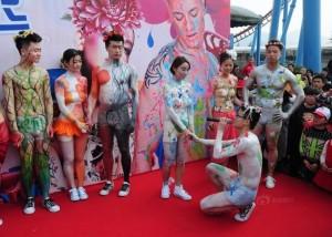 """Phi thường - kỳ quặc - 10 cặp đôi làm đám cưới """"khỏa thân"""" tại Trung Quốc"""