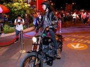 Phạm Anh Khoa lái mô tô  khủng  gây náo loạn đường phố