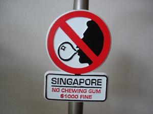 Thế giới - Lý Quang Diệu đã cấm kẹo cao su ở Singapore ra sao?