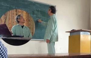 Bạn trẻ - Cuộc sống - Rưng rưng thầy giáo Bách Khoa mặc đồ bệnh nhân đứng lớp