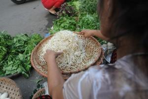 """Thị trường - Tiêu dùng - Hà Nội """"tuýt còi"""": Dân chợ cóc, chợ tạm lại lo """"chạy"""""""