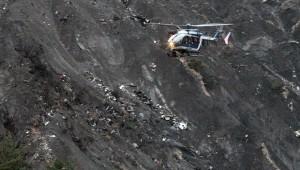 Thế giới - Video: Xác máy bay A320 tan nát trên sườn núi