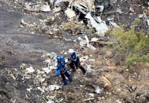 Tin tức trong ngày - Phi công máy bay A320 rơi cố đạp bung cửa buồng lái