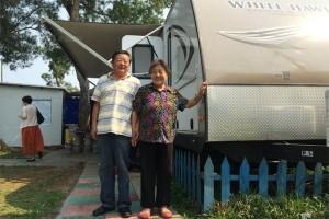Bạn trẻ - Cuộc sống - Cụ ông 76 tuổi mua nhà di động đưa vợ đi du lịch