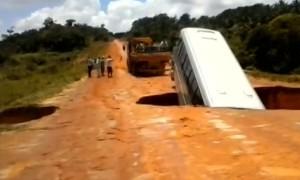Tin tức trong ngày - Video hố tử thần nuốt chửng xe bus, cuốn ra sông