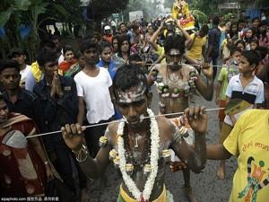 Phi thường - kỳ quặc - Rợn người vì lễ hội hành xác ở Indonesia
