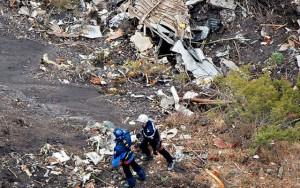 Thế giới - Airbus A320 rơi: Những thi thể đầu tiên được đưa khỏi sườn núi