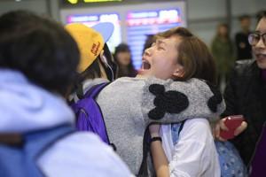 Fan Việt khóc ngất khi thấy thần tượng tại Hà Nội