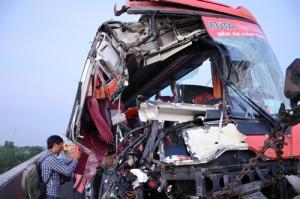 Tin tức Việt Nam - Xe khách tông 2 xe tải trên cao tốc, 10 người thương vong