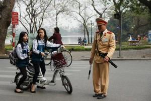Tin tức trong ngày - Từ 10.4, đi xe đạp điện phải đội mũ bảo hiểm