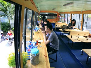 Giới trẻ - Khám phá quán cà phê trên xe buýt độc nhất HN