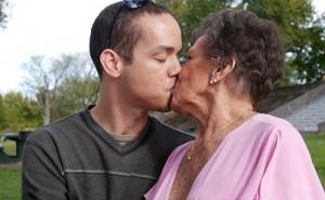 """Phi thường - kỳ quặc - Cặp đôi """"đũa lệch"""" phi công trẻ 31 tuổi và cụ bà 80 tuổi"""