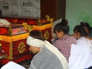 Tin tức trong ngày - Vụ tai nạn 5 người tử vong: Con bơ vơ bên quan tài bố mẹ