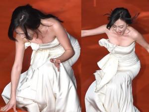 Đời sống Showbiz - Mỹ nhân Hàn liên tiếp 'vồ ếch' trên thảm đỏ