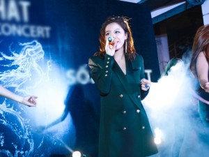 Văn Mai Hương 'đốn tim' fan tại chợ đêm Hà Nội