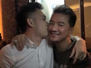 Đời sống Showbiz - Facebook sao 3/1: Dương Triệu Vũ 'thơm' má Mr Đàm