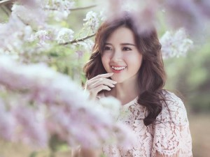 Bạn trẻ - Cuộc sống - Midu đẹp rạng rỡ giữa rừng hoa anh đào