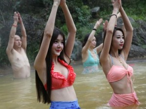 Bạn trẻ - Cuộc sống - Dàn mỹ nữ rủ nhau tập yoga dưới nước giữa trời đông
