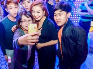 Giải trí - Fan ùa lên sân khấu 'tự sướng' cùng Hoàng Thùy Linh