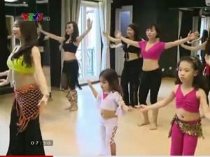 Bạn trẻ - Cuộc sống - Phụ nữ và trẻ em thích thú học Belly dance