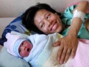 Sức khỏe đời sống - Người mẹ trẻ bị liệt hai chân sinh con trai kháu khỉnh