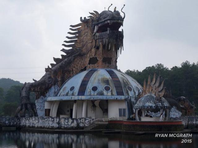 Du khách nước ngoài đổ xô khám phá công viên nước bỏ hoang ở Việt Nam - 11
