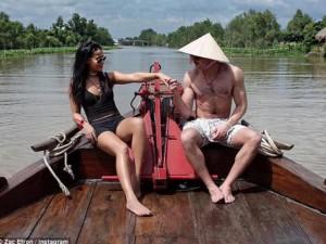 Đời sống Showbiz - Zac Efron tình tứ cùng bạn gái du ngoạn Việt Nam