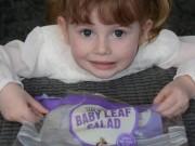 Sức khỏe đời sống - Cô bé 4 tuổi suýt mất mạng vì bị côn trùng cắn khi ăn salad