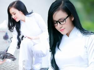 'Bà Tưng' hiền thục trong trang phục áo dài trắng nữ sinh