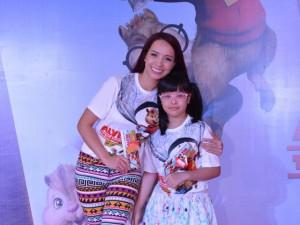 Mẹ con Thúy Hạnh xinh đẹp đi xem phim hoạt hình
