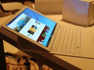 Cận cảnh tablet Galaxy Tab Pro S chạy Windows 10