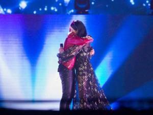 Sao ngoại-sao nội - Thu Phương xúc động ôm chầm Sơn Tùng trên sân khấu