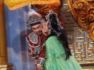 Vợ chồng  ' hoa hậu hài '  hôn nhau đắm đuối trên sân khấu