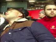 Bóng đá Ngoại hạng Anh - Xem MU, fan đứng ngủ gật trên khán đài Old Trafford