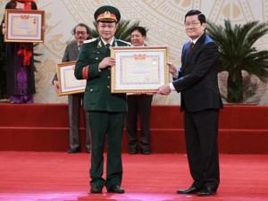 Phim - Bố con Tự Long cùng nhận danh hiệu NSƯT và NSND