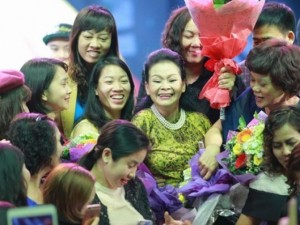 Khánh Ly bị khán giả Hà Nội vây kín sau đêm diễn