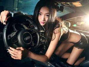 """Ô tô - Xe máy - """"Tan chảy"""" trước nàng thơ sexy bên Audi S5"""