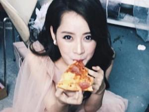 Đời sống Showbiz - 'Chộp' khoảnh khắc mỹ nhân Việt 'ăn nhanh, uống vội'