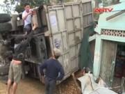 Video An ninh - Xe tải lật nghiêng, lao vào 3 nhà dân