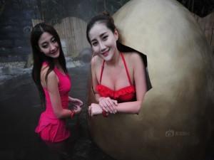 Bạn trẻ - Cuộc sống - Gái xinh diện bikini ngồi trong trứng hút khách du lịch