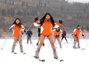 Bạn trẻ - Cuộc sống - Bất chấp lạnh -5 độ, gái trẻ 'không mặc quần' trượt tuyết