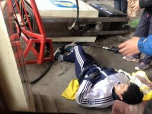 Tin tức trong ngày - HN: Ô tô bất ngờ húc đổ cây xăng, đè nam sinh gãy chân