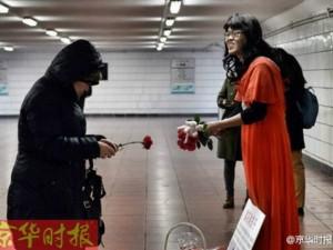 Bạn trẻ - Cuộc sống - Cảm động người cha 'giả gái' bán hoa kiếm tiền cứu con