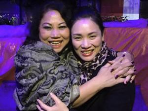 MC Tạ Bích Loan và fan Việt xúc động xem Trần Lập hát